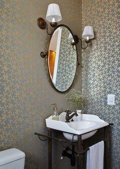 11 lavabos com papel de parede para você se inspirar No apartamento da jornalista Priscila Dal Poggetto, o lavabo tem papel de parede da Regatta Concept Wall e espelho com moldura da Galo Metais. Projeto da designer de interiores Helena Kallas.