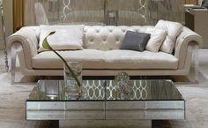 μινιμαλιστικό σπίτι καθιστικό ιδέες διακόσμησης με άπειρο τετράγωνο γυάλινο τραπεζάκι του καφέ γκρι φουντωτά δερμάτινο καναπέ και γυάλινο ορθογώνιο τραπέζι του καφέ αντικατοπτρίζεται στην κουβέρτα περιοχής γούνα με τραπέζι ποτήρι κοκτέιλ