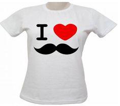 """O bigode caiu no gosto de todos e estampa canecas, camisetas, sapatilhas, bolsas, bijuterias etc. Superdivertida ela dá um toque descontraído para o look ou a decoração da casa. Confiraalguns produtos desta tendência por menos de R$ 40.  Camiseta em malha 100% poliéster com estampa de bigode por R$ 17,00. Onde comprar.  ...<br /><a class=""""more-link"""" href=""""https://catracalivre.com.br/geral/negocio-urbanidade/indicacao/a-estampa-de-bigode-esta-por-toda-parte/"""">Continue lendo »</a>"""