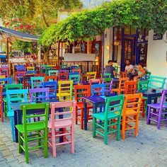 I would eat whatever food they serve me here just to sit in their chairs ! Outdoor Restaurant, Restaurant Chairs, Coffee Shop Design, Cafe Design, Woven Chair, Restaurant Concept, Colorful Chairs, Outdoor Furniture Sets, Outdoor Decor