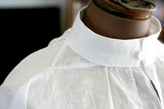 A simple Elizabethan linen shirt, by Andrew Reid (SCA - Master Bartolomeo Agazzari). Since taking the photo I also added a narrow lace trim to the edge of the collar and cuffs. Shirt Collar Styles, Banded Collar Shirts, Costume Shirts, Boy Costumes, Captain Amelia, 16th Century Clothing, Sewing Collars, Vintage Underwear, Collar Designs