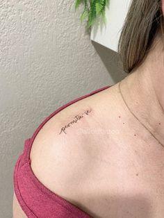 Tatuagem escrita minimalista: Muitas ideias para você! - Blog Tattoo2me Blackwork, Fish Tattoos, Tattoo Quotes, Blog, Word Tattoos, Boyfriend Gift Ideas, Tattoo Script, Delicate Tattoo, Close Up