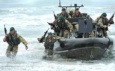 Royal Marines Storm the Beach During Amphibious Exercise Uk Navy, Royal Navy, Special Ops, Special Forces, Military Life, Military History, Offroad, British Army Regiments, British Commandos