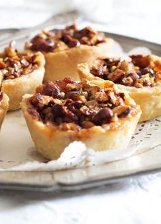 Flotte mini æbletærter med nødde-karamel top. Opskrift på små apple pies med kanel og rom. Server æbletærterne med cremefraiche eller flødeskum på en regnvåd søndag.
