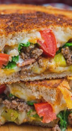 Bacon Double Cheeseburger Grilled Cheese Sandwich Recipe : All of the flavours of a bacon double cheese burger in a grilled cheese sandwich with plenty of ooey gooey melted cheese! Grill Sandwich, Deli Sandwiches, Grill Cheese Sandwich Recipes, Grilled Cheese Recipes, Delicious Sandwiches, Soup And Sandwich, Burger Recipes, Lunch Recipes, Cooking Recipes