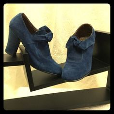 Vintage! blue suede shoes Very stylish and MOD! Looks great with knee socks and an A-Line dress. Grandeur Shoes
