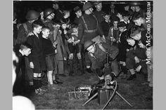 Démonstration d'une mitrailleuse au parc Westmount 1941