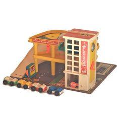 <p>Le fameux garage Fisher-price vintage avec 4 voitures (sans personnage), 1970 Fisher-price toys, made in Belgium, état d'usage. On aime son look vintage et la robustesse des plastiques de cette époque et la qualité de ce jouet qui a traversé tant d'années sans se casser !</p>