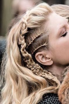 """Qui n'a jamais fait """"waouw !"""" devant ce style de coiffure ? Le coiffé / décoiffé…"""