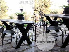 Musta puupöytä
