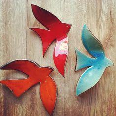 Seramik duvar kuşları Plus ceramicjewelry Clay Birds, Ceramic Birds, Ceramic Animals, Hand Built Pottery, Slab Pottery, Ceramic Pottery, Ceramics Projects, Clay Projects, Clay Crafts