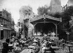 L'Éléphant:  Dieser gigantische Elefant zierte einst den Lustgarten des Moulin Rouge. Erbaut wurde er zur Weltausstellung. Die Geschäftsführer des Moulin Rouge schufen in seinem Inneren eine Bühne, auf der Bauchtanz gezeigt wurde – freilich nur für die männlichen Besucher. Damen hatten keinen Zutritt.