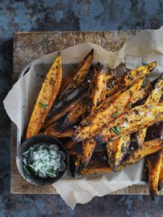 Sweet potato oven wedges: food porn of a super practical recipe. Sweet potato oven wedges: food porn of a super practical recipe. Sweet Potato Oven, Sweet Potato Wedges, I Love Food, Good Food, Yummy Food, Tasty, Vegetarian Recipes, Cooking Recipes, Healthy Recipes