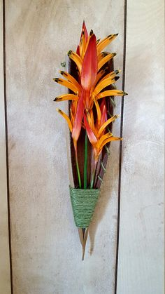 This is a flower clipping and airplant display made from trimmings of a Key West coconut palm. There is a hanger located on the back for easy installation. *flowers not included* Palm Tree Crafts, Palm Tree Decorations, Palm Tree Art, Palm Trees, Design Floral, Deco Floral, Arte Floral, Palm Frond Art, Palm Fronds