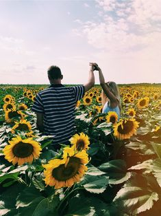 Insta Caitlin Schlickau # - New Ideas Sunflower Feild, Sunflower Field Pictures, Sunflower Pics, Couple Photography Poses, Summer Photography, Summer Couple Pictures, Sunflower Photography, Valensole, Cute Couples Photos