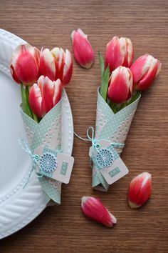 Doily Flower Wraps Tutorial - These make pretty place settings and a beautiful Springtime favor for your guests to take home / We R Memory Keepers Creative Gift Wrapping, Creative Gifts, How To Wrap Flowers, Flower Wrap, Ladies Luncheon, Paper Doilies, Spring Projects, We R Memory Keepers, Craft Box