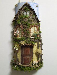 Casa nel bosco Clay Fairy House, Gnome House, Fairy Houses, Clay Houses, Miniature Houses, Polymer Clay Fairy, Metal Garden Art, Tile Crafts, Clay Fairies