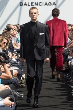 See all the Collection photos from Balenciaga Spring/Summer 2017 Menswear now on British Vogue Men Fashion Show, Fashion Show Collection, Mens Fashion, Fashion 2017, Paris Fashion, Balenciaga Spring, Balenciaga Mens, Vogue Paris, Blazers For Men