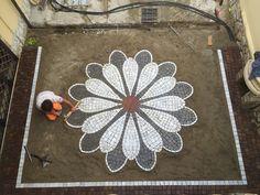 Pebble Mosaic, Mosaic Diy, Mosaic Garden, Pebble Art, Garden Art, Garden Design, Outdoor Walkway, Brick Walkway, Mosaic Designs