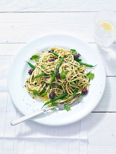A simple and fresh, quick midweek meal of spaghetti, olives and green beans. We used anchovies to give more depth and a bit of saltiness. Egg Free Recipes, Bean Recipes, Pasta Recipes, Cooking Recipes, Heart Healthy Recipes, Vegetarian Recipes, Risotto Dishes, Midweek Meals, Tapenade
