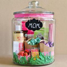 Procurando uma ideia fofa, diferente e divertida de presentear sua mãe? Então vem conferir como fazer essa jarra recheada de tudo o que ela mais gosta e surpreenda!