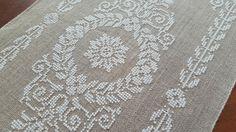 Le petit dernier fraichement fini grille trouvée sur ce siteICI Modèle :Tantes Zolders Bande de lin / fil blanc