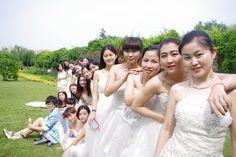 【スライドショー】ウェディングドレスで卒業式を迎える中国の女子大生たち - WSJ.com