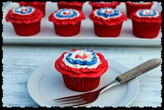These patriotic cupcakes are perfect for your Memorial Day or July picnic. The rosettes are easy to achieved with a rose tip and a few sugar pearls. Patriotic Cupcakes, Holiday Cupcakes, Rosette Cupcakes, Delicious Desserts, Dessert Recipes, Cupcake Recipes, Yummy Cupcakes, Creative Cakes, Fourth Of July