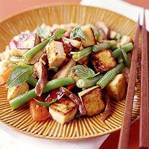 Tofu mit Chili und Thai Basilikum    500 g Tofu/Sojakäse, fest, in 6 Scheiben geschnitten     3 EL Sojasauce     2 TL Olivenöl     1 Knolle(n) Ingwer, frisch, fein gerieben/gehackt (ca. 2 EL)       1 Zehe(n) Knoblauch, gepresst       1 Stück Chilischote/n, (1 kleine frische Thai-Schote), in Streifen geschnitten       60 g Shiitake-Pilze, in dünne Scheiben geschnitten       1 Stück (rot) Paprika, in Spalten       120 g Bohnen (Busch-/Schnitt-/Stangenbohnen), grün oder Zuckerschoten, halbiert…