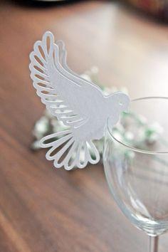 Weiße Taube als dekorative Platzkarte an der Hochzeit aus Papier / white reservation card for your wedding in form of a dove made by Papier Träume via DaWanda.com