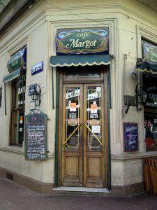 Esto es la tienda de la panadería de la Cafetería Margot, Buenos Aires, Argentina. Puede comer muchas clases de pasteles aquí como pasteles, galletas, y beber el café.