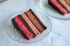 Málna-dupla csoki mousse torta mintás csokigallérral – a Segítsütim receptje | Sweet & Crazy Mousse Cake, Macarons, Sweet Recipes, Tiramisu, Food And Drink, Sweets, Cookies, Chocolate, Baking