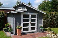 Aktiva-40 ist nicht ohne Grund eines unserer beliebtesten Gartenhaus-Modelle: Mit grau-weißem Anstrich passt es auch perfekt zu roten Terrassen-Fliesen.