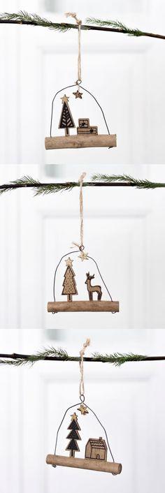 Colgador árbol Navidad Gav | ¡Es hora de decorar el árbol y llenarte de espíritu navideño!  El colgador Gav es un pequeño tronco de madera sobre el que apoya un árbol y una casita. Del alambre con el que se sujeta el tronco cuelga una estrella con mucho brillo dorado. ¡Este adorno creará un entorno único en tu hogar!  #kenayhome #gav #colgador #árbol #adorno #navidad #madera #natural #estilo #diseño #decoración #interior #nórdica #regalo #reno #casa #hogar #escandinavo