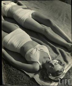 Nina Leen for Life Magazine, 1945 Vintage Bikini, Vintage Swimsuits, Vintage Girls, Vintage Outfits, Vintage Wardrobe, 1940s Fashion, Vintage Fashion, Vintage Style, Vintage Sportswear