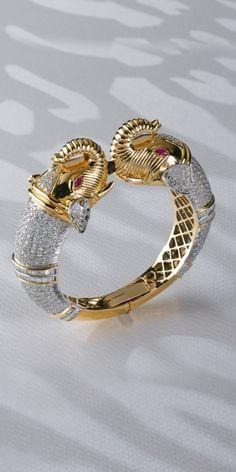 Diamond studded bangle, looks like David Webb Diamond Bracelets, Diamond Jewelry, Bangle Bracelets, Gold Jewelry, Jewelry Accessories, Fine Jewelry, Jewelry Design, Bangles, Jewellery
