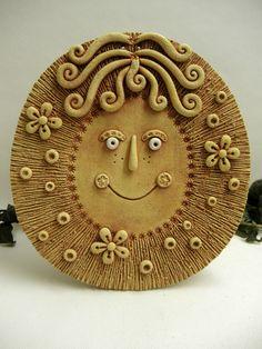 Sluníčko k zavěšení - přírodní Ze šamotové hlíny, vhodné i k celoroční venkovní dekoraci. Velikost cca 20 x 19cm ( vxš).