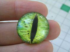 Ojo de cristal en tonos verdes de Ultracomics por DaWanda.com #dragon #green #eyes #greeneyes #cabochon #cabs #cat #cateyes