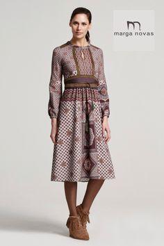 ¿Cansada de los vestidos rectos con largos medios? ¿Te apetece probar un vestido de falta acampana y más largo?