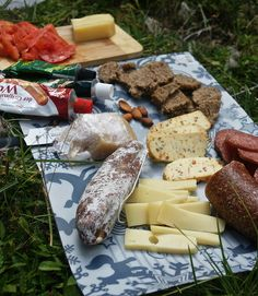 This is one, doggone, fancy trail lunch; I would love them to hike with me! Backpacking Tips, Camping Meals, Food N, Food And Drink, Outdoor Food, Richard Armitage, Picnics, Summer Sun, Canoe