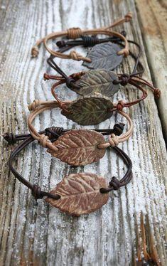 Leaf Armband, verstellbares Leder, handgemachter Schmuck, rustikales Blatt, Boho-Stil DIY Fimo und M Diy Jewelry Rings, Diy Jewelry Unique, Diy Jewelry To Sell, Rustic Jewelry, Jewelry Crafts, Jewelry Art, Beaded Jewelry, Jewelry Making, Fashion Jewelry