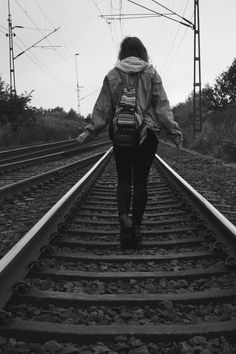 Romantic Couples Photography, Dark Photography, Girl Photography Poses, Creative Photography, Girl Photo Poses, Girl Poses, Alone Girl Pic, Girl Train, Crying Girl