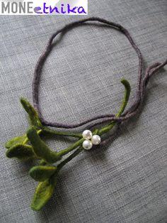 kraina filcu: Beautiful mistletoe necklace for Christmas ? Textile Jewelry, Fabric Jewelry, Boho Jewelry, Jewelery, Making Fabric Flowers, Felt Flowers, Fuzzy Felt, Wool Felt, Handmade Necklaces