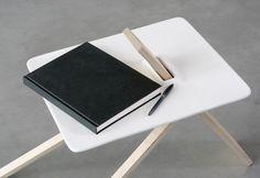 Штатив минималистский столик разработан Англия основе дизайнеры Полдень Studio.  Трехногий дизайн соответствует некоторым из других асимметричный тумбочки на Leibal, таких как плащ и Tre.  Уникальной особенностью этой конструкции является его способность быть полностью плоской упаковке, и разбирается до четырех штук.  (5)