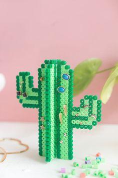 DIY Kaktus-Ohrringhalter aus Bügelperlen Creative DIY aus Bügelperlen: Earring holder in cactus form from Hama self-ironing beads Perler Bead Designs, Hama Beads Design, Diy Perler Beads, Perler Bead Art, Hamma Beads 3d, Pearler Beads, Fuse Beads, Melty Bead Patterns, Perler Patterns