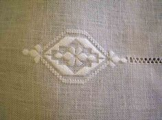 ricamo dolce ricamare........... - FRANCOBOLLI DI RICAMI Drawn Thread, Thread Work, Hardanger Embroidery, Embroidery Stitches, Jute Bags, Embroidery Fashion, Hand Embroidery Designs, Crochet Necklace, Cross Stitch