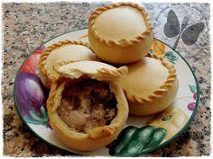 PANADA di OSCHIRI - La panada è una ricetta tradizionale della Sardegna: è una torta salata costituita da un involucro di pasta e un ripieno che varia a seconda delle località. A Oschiri si prepara con la carne di maiale. Carne, No Salt Recipes, Finger Foods, Food To Make, Buffet, Good Food, Food And Drink, Tasty, Dishes
