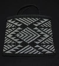black and white bag taniko pattern Flax Weaving, Navajo Weaving, Inkle Weaving, Weaving Art, Basket Weaving, Hand Weaving, Finger Weaving, Maori Designs, Maori Patterns