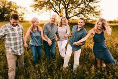 Adult Family Pictures, Adult Family Poses, Extended Family Photos, Large Family Photos, Fall Family Photos, Family Pics, Family Shoot, Family Photo Sessions, Family Posing