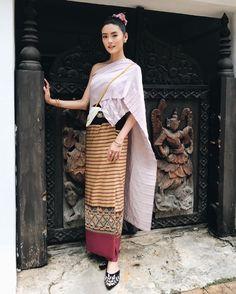 @wasin_aunchanum - Tee Wasin Aunchanum - เจ้าวงเดือนและเจ้าช่อเอื้อง แม่ผัวลูกสะใภ้... Thai Traditional Dress, Traditional Outfits, Thailand Fashion, Thai Dress, Thai Style, Vogue Magazine, Asian Fashion, Silk Dress, Asian Beauty